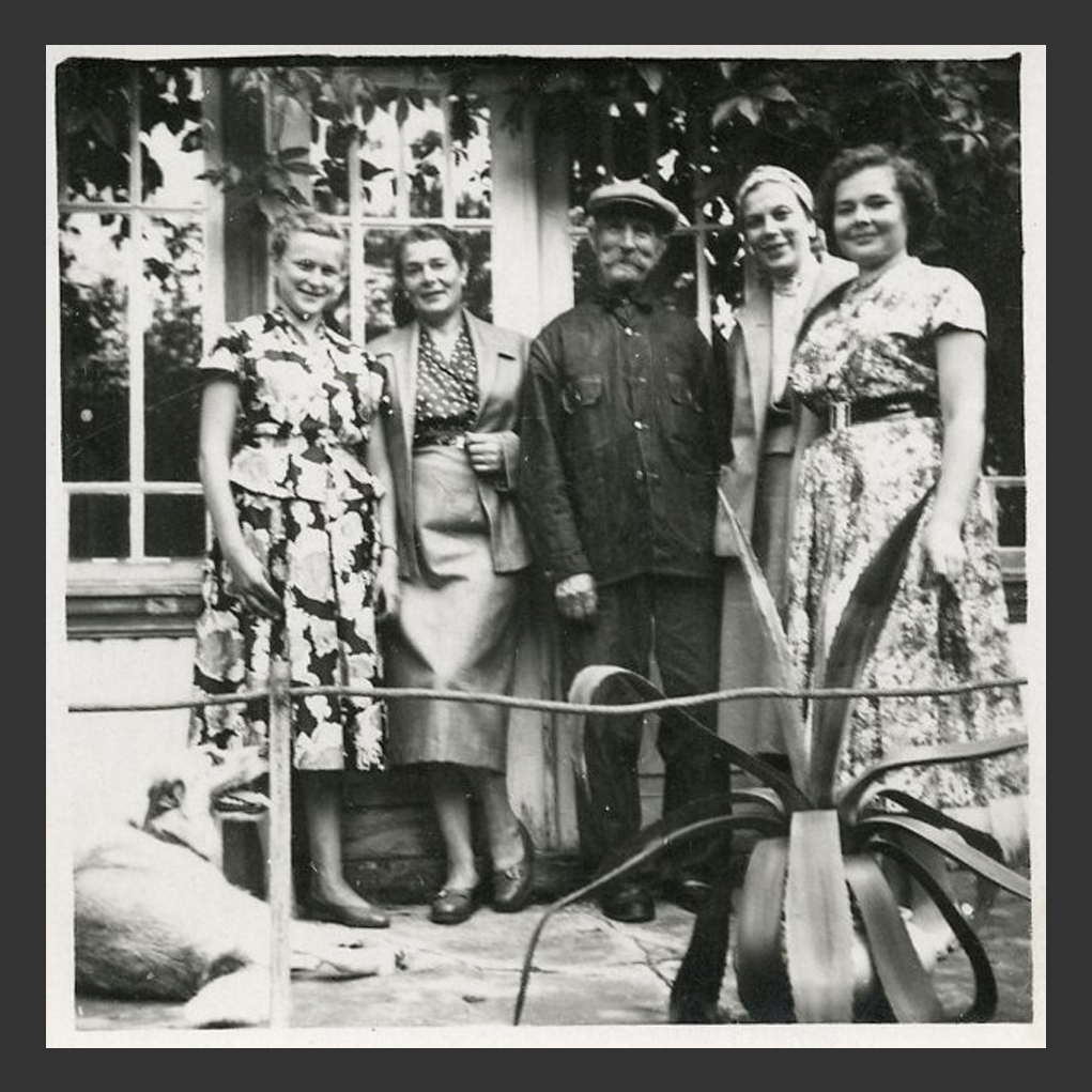ill 4. Magnus Romman alias Paarma Whiskers with ladies: from the left Ira Hanschmidt, granddaughter of M.R., his daughter Aino Pentsop,   Magnus Romman, his niece Emma Romman and the second grand-daughter Eva Pentsop.  K.Kuivaste's private collection