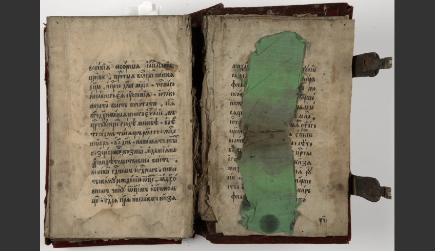 ill 17. It was decided to conserve the binding entirely, as the damages were extensive indeed.