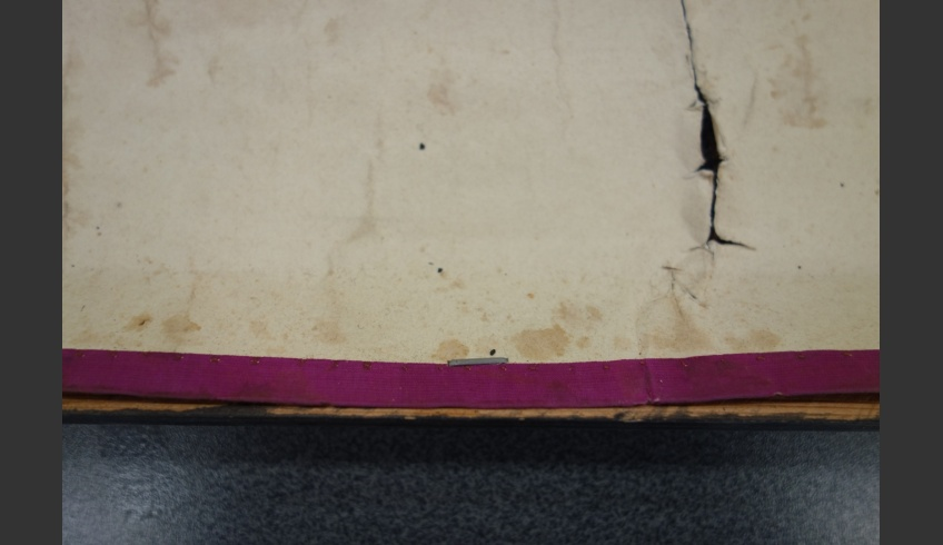 ill 25. In between the slats the silk edging has preserved much better than on the borders. Obviously it was not planned to hang the map on the wall at first. The similar edging in all the four edges seems to support this opinion.