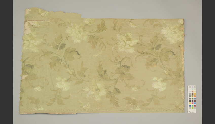 ill 31. Fragment of the flower-patterned wallpaper layer (III) from above the green one.