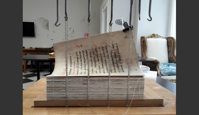 ill 32. Sheets were sewn on the binding-frame in pretzel-stitch on four double cords. © Tulvi Turo