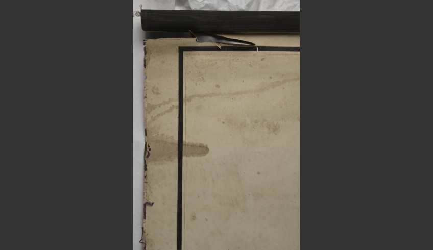 ill 7. The large map had been exhibited hanging in the manor since 2002 and most of the damage had occurred during that time. For hanging it up the upper and lower end both had been rolled around massive wooden slats. The hand-sewn silk edging surrounding the map showed extensive losses.