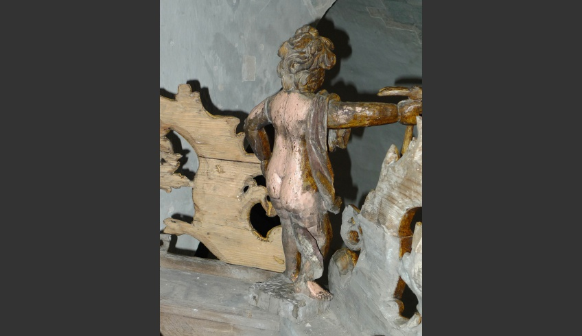 ill 19.Cleaning the back of the canopy details. The pinkish flesh-colour of the putto appeared from under the soot layer. The last paint solution – the grain has been finished only on the front part of the pulpit's details.
