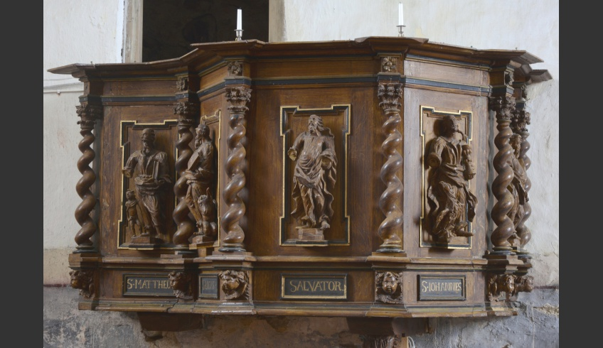 ill 23. The pulpit construction before cleansing it from soot.