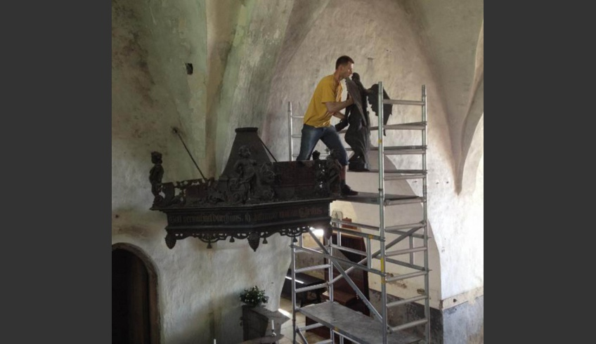 ill 6. Conservator Viljar Talimaa removing the angel from the canopy.